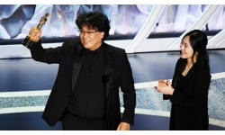 Đạo diễn phim 'Ký sinh trùng' thích để tóc xoăn, diện suit tối màu