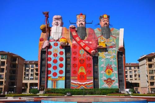 """Khách sạn """"độc nhất vô nhị"""" mang hình ba ông Phúc - Lộc - Thọ"""